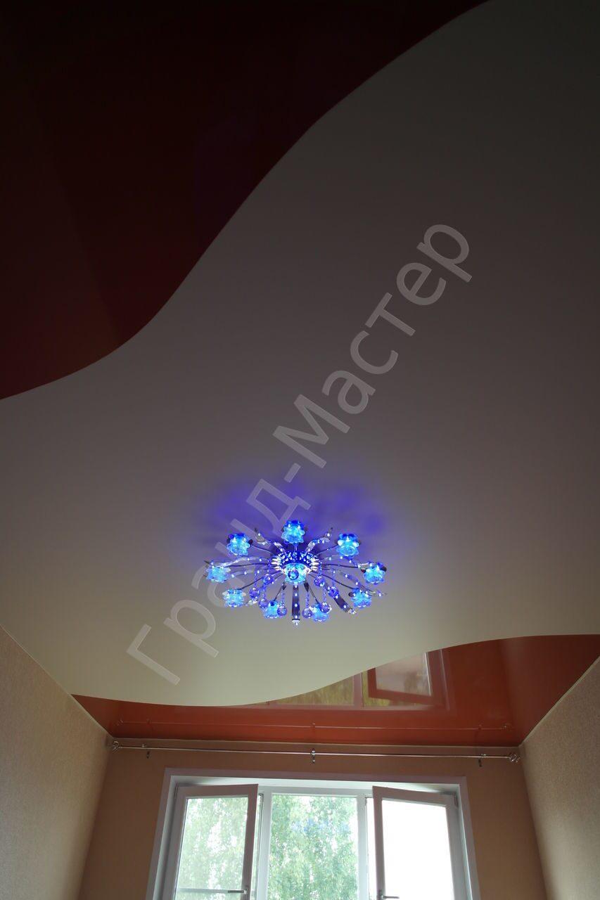 Фото натяжного потолка из 2 цветов